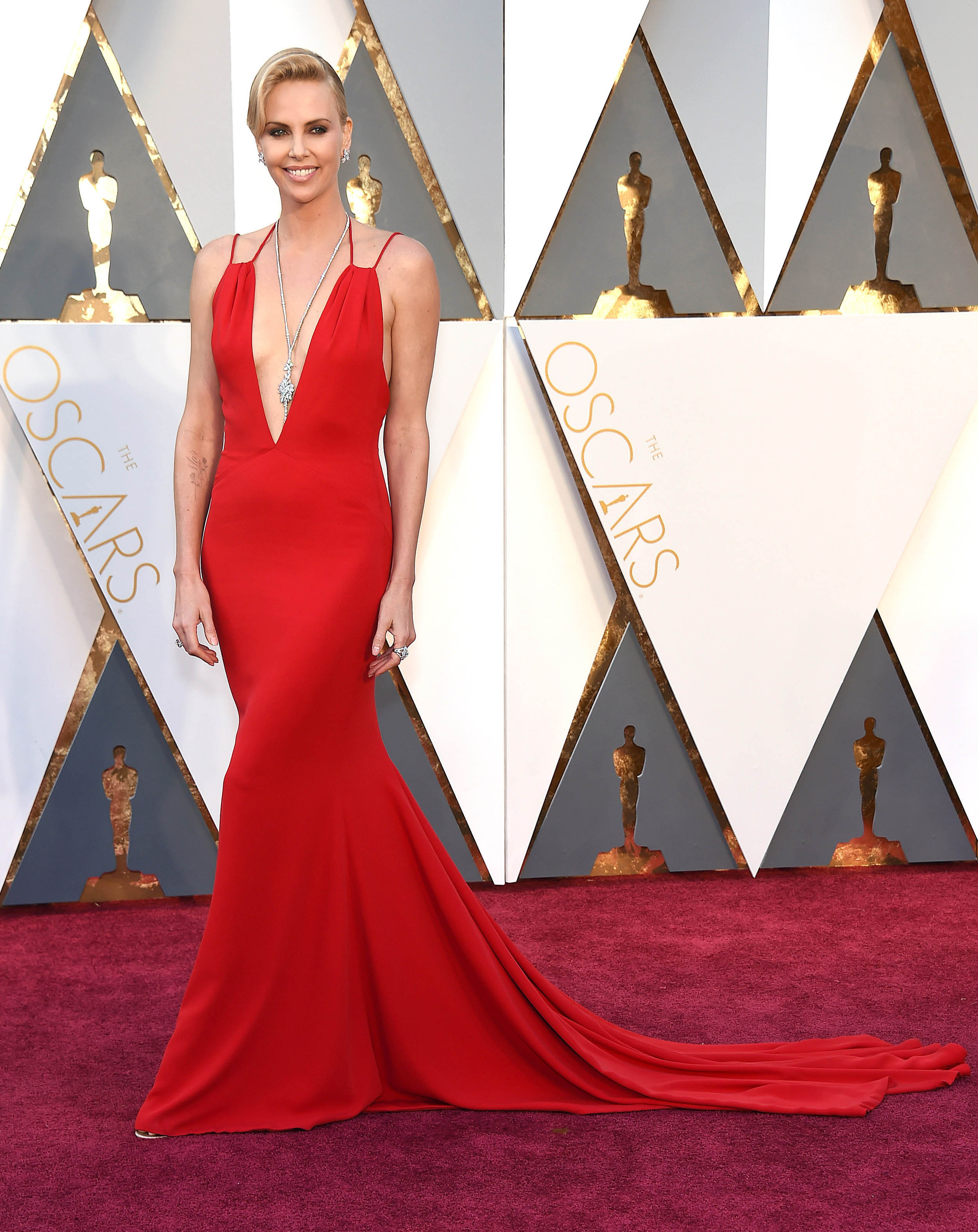 Photo by: KGC-11/starmaxinc.com STAR MAX Copyright 2016 ALL RIGHTS RESERVED Telephone/Fax: (212) 995-1196 2/28/16 Charlize Theron at the 88th Annual Academy Awards (Oscars). (Hollywood, CA, USA)